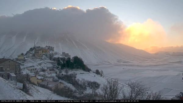 VIDEO Risveglio in bianco, l'alba a Castelluccio di Norcia