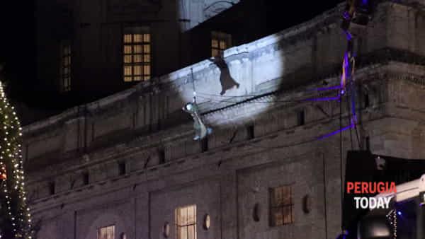 """VIDEO La Befana """"volante"""" da record plana dalla cupola della Basilica di Santa Maria degli Angeli"""