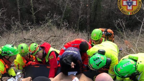 VIDEO Gubbio, operaio ferito da un albero mentre è al lavoro nel bosco: le operazioni di soccorso