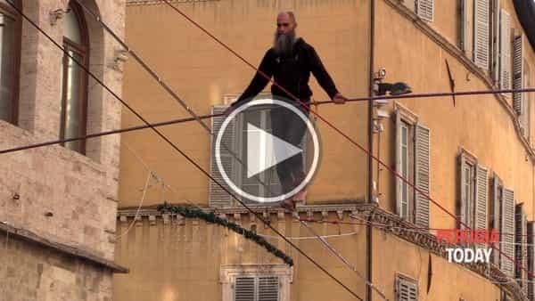 VIDEO - Piazza IV Novembre, Andrea Loreni cammina in cielo: l'emozionante prova del funambolo