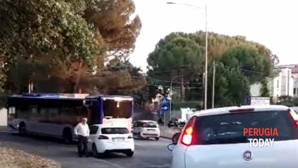 VIDEO - Bus rotto in via del Fosso, traffico paralizzato