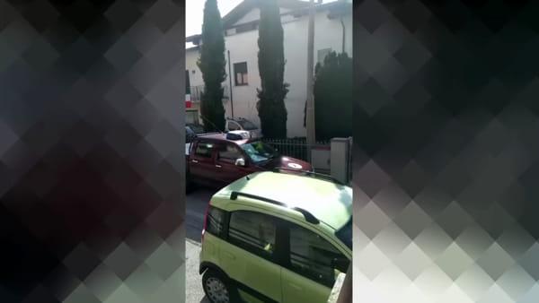 """VIDEO Il sindaco scende in strada con il megafono: """"Non dovete uscire di casa"""""""