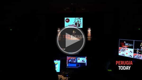 """VIDEO - Studenti esperti di public speaking: Ted ED Club e l'istituto Volta mettono in scena """"The power of sharing"""""""