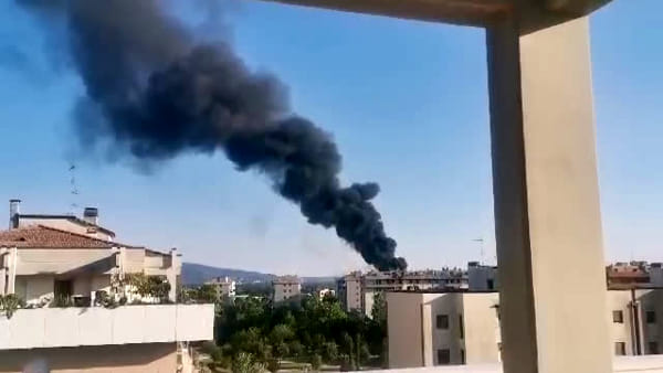 VIDEO Incendio a Perugia, nube nera in cielo: le immagini