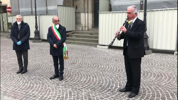 VIDEO Coronavirus, l'Inno di Mameli risuona in piazza a Città di Castello: l'omaggio alle vittime della pandemia