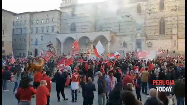 VIDEO Perugia in Serie B: tifosi in piazza IV Novembre