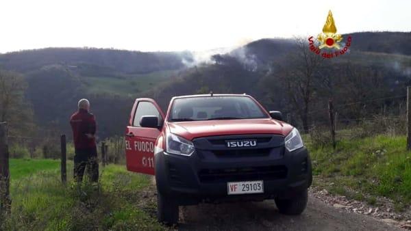 VIDEO Incendio a Gubbio: canadair in azione per spegnere le fiamme alimentate da raffiche di vento