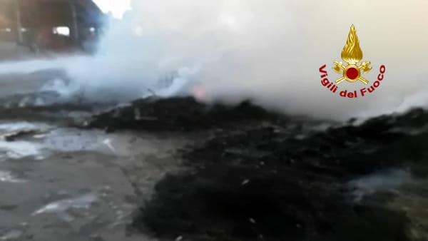 VIDEO Perugia, nuovo incendio alla Biondi recuperi: vigili del fuoco in azione