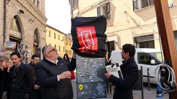 """VIDEO Perugia inaugura la segnaletica intelligente, Fioroni: """"Realtà aumentate e informazioni in tempo reale con l'app, stop ai cartelli selvaggi"""""""
