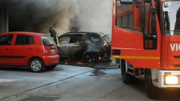 VIDEO Auto in fiamme in mezzo ai palazzi di Ponte San Giovanni