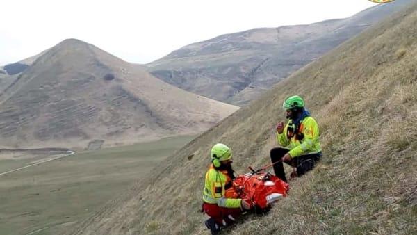 VIDEO Castelluccio di Norcia, si schianta con il parapendio dopo un volo sfortunato: le operazioni per salvargli la vita