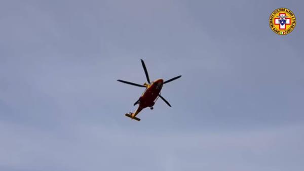 VIDEO Rischia di morire nel bosco, trasportato in ospedale in elicottero: le immagini dei soccorsi