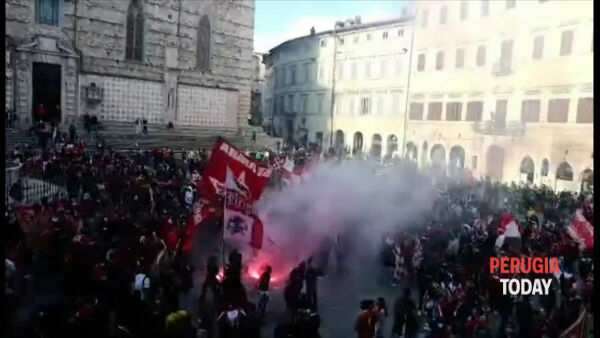 VIDEO Perugia in Serie B, festa per la vittoria del Grifo: tifosi in piazza