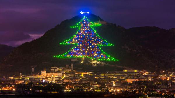 Da Betlemme a Gubbio, con un click: così l'accensione dell'Albero di Natale più grande del mondo