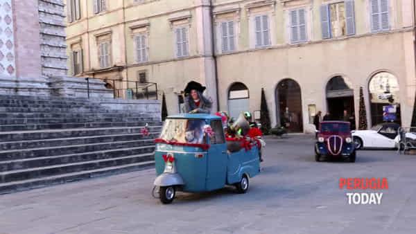 """VIDEO Auto d'epoca e dolcetti alla Befana del Vigile. E la """"vecchietta"""" arriva sull'Ape"""