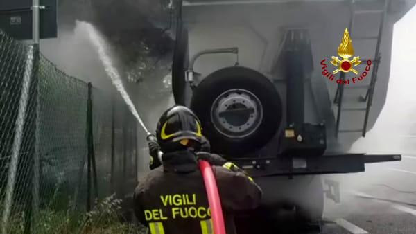 VIDEO Perugia, camion in fiamme lungo la E45: l'intervento dei vigili del fuoco