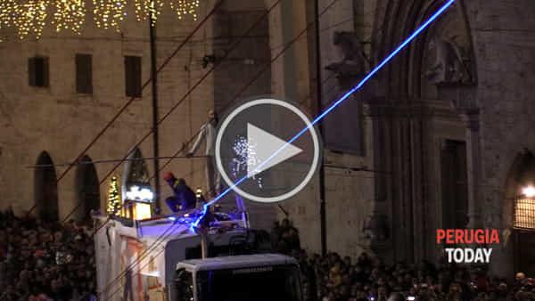 VIDEO - Tutti col fiato sospeso... L'esibizione del funambolo Andrea Loreni riempie il centro