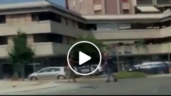 """VIDEO Umbria, follia in strada: ruba la pistola e spara a un carabiniere. Salvini: """"Tolleranza zero e pistola elettrica"""""""