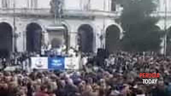 VIDEO Inchiesta sanità e dimissioni Marini, Salvini a Perugia: pienone in piazza Italia