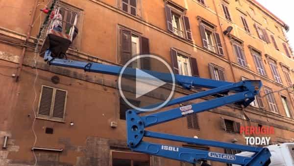 VIDEO - Le luminarie di Natale incominciano a spuntare in centro: operai al lavoro