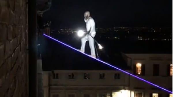 IL VIDEO  - Un centro storico da tutto esaurito per la passeggiata su di un filo del funambolo Loreni: altra impresa