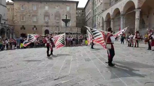 VIDEO Perugia 1416, lo spettacolo degli sbandieratori e il corteo per la Mossa alla Torre