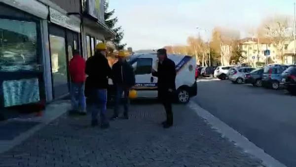 VIDEO Rapina con esplosione a Gualdo, le immagini della filiale distrutta: sede a brandelli
