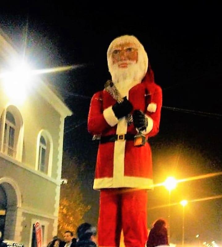 Il Babbo Natale.Dopo L Albero Piu Alto Del Mondo L Umbria Vanta Il Babbo Natale Piu Alto D Europa